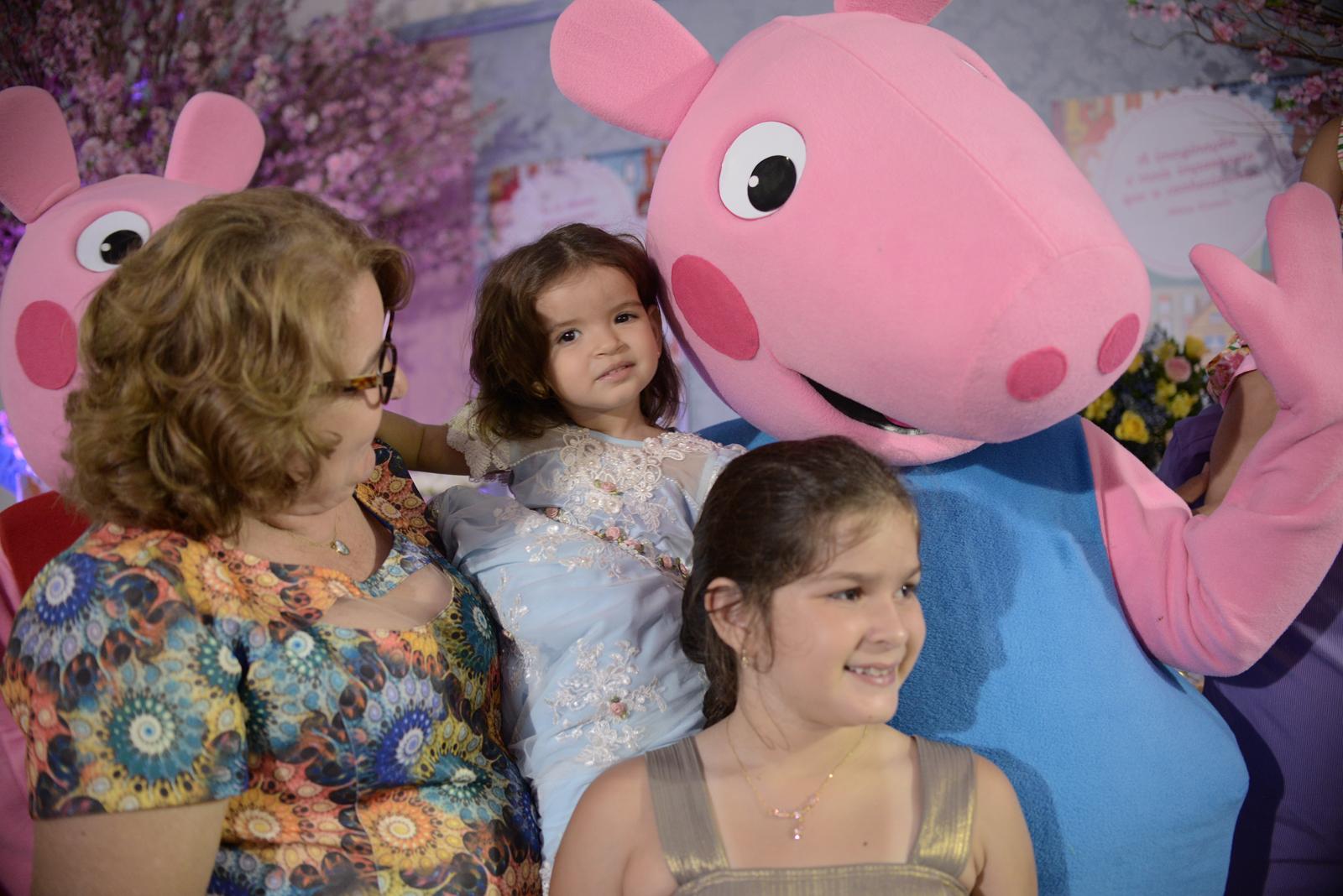Alvani Figueiredo com as netas Emanuela Figueiredo e Maria Eduarda Figueiredo e a personagem Peppa
