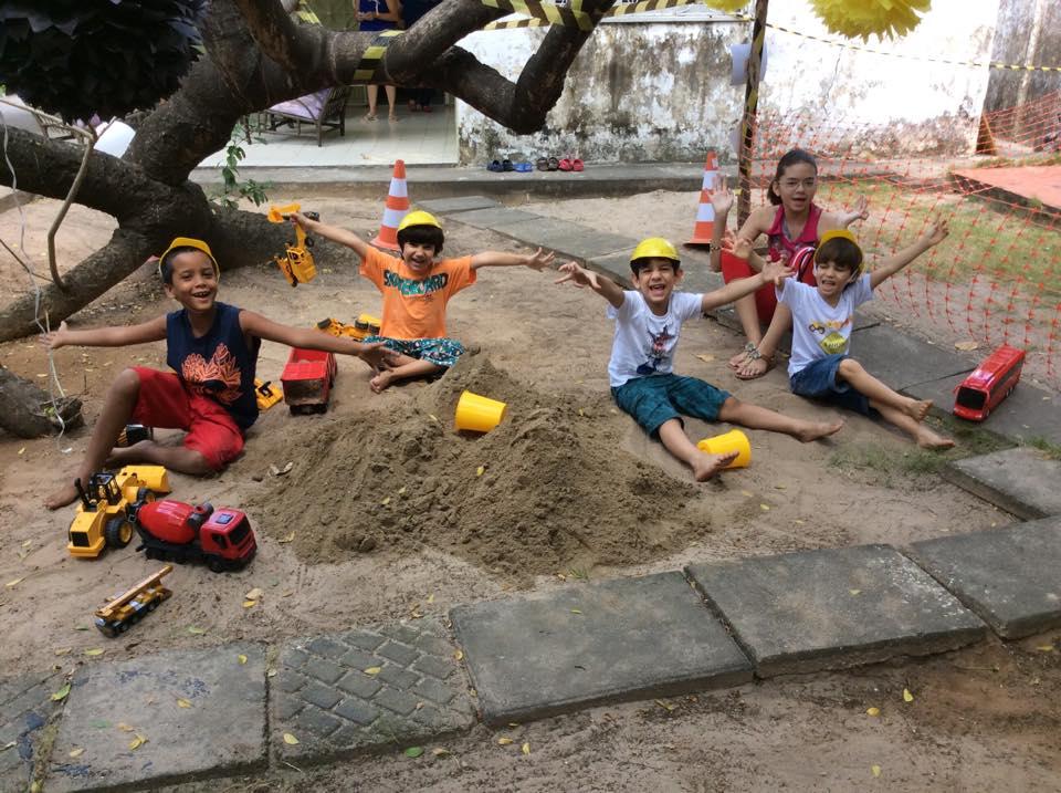 festa em casa brincando na areia