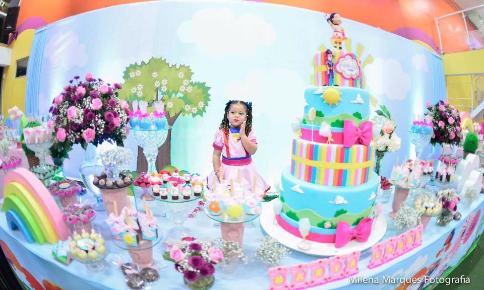 3 anos Laurinha Pakaraka mesa